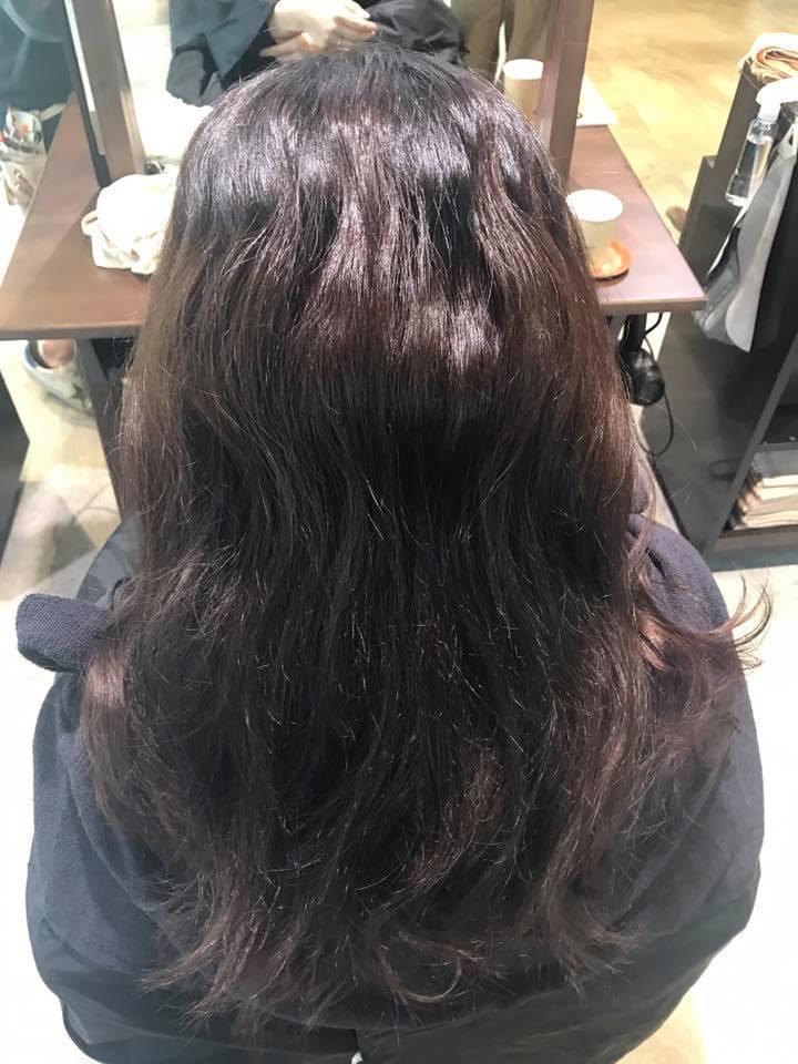 施術写真。カラーのムラ修正+ノンアルカリ縮毛矯正