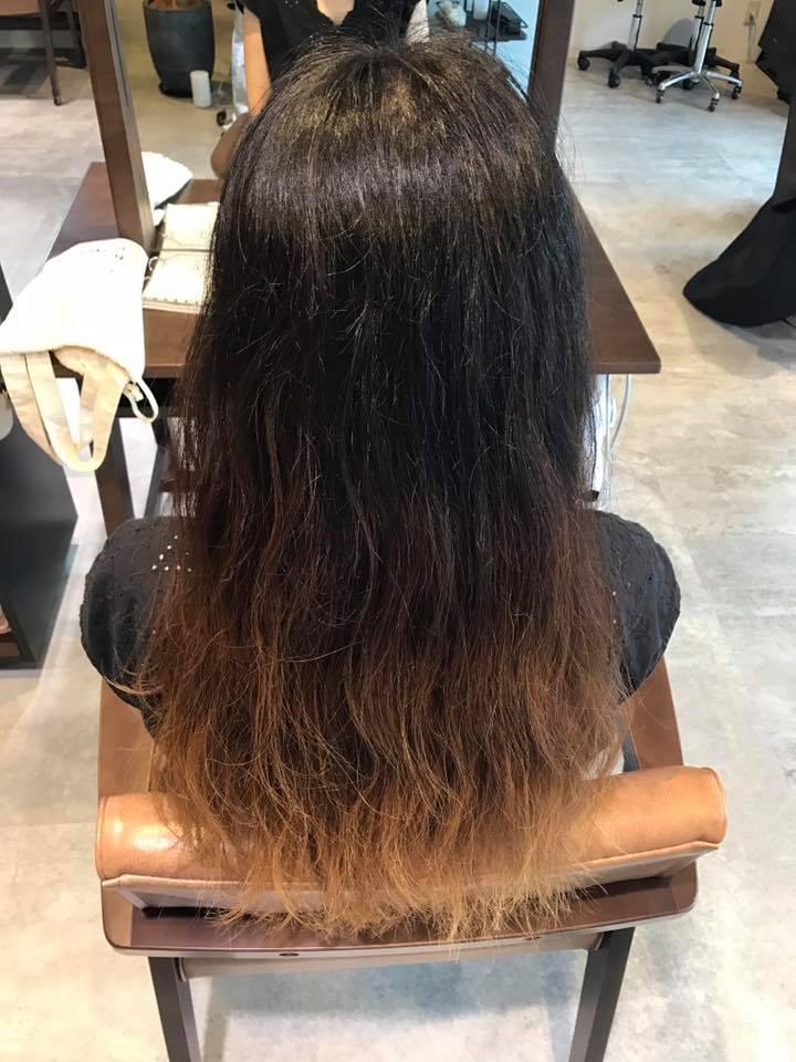 施術写真。ブリーチ毛に縮毛矯正。