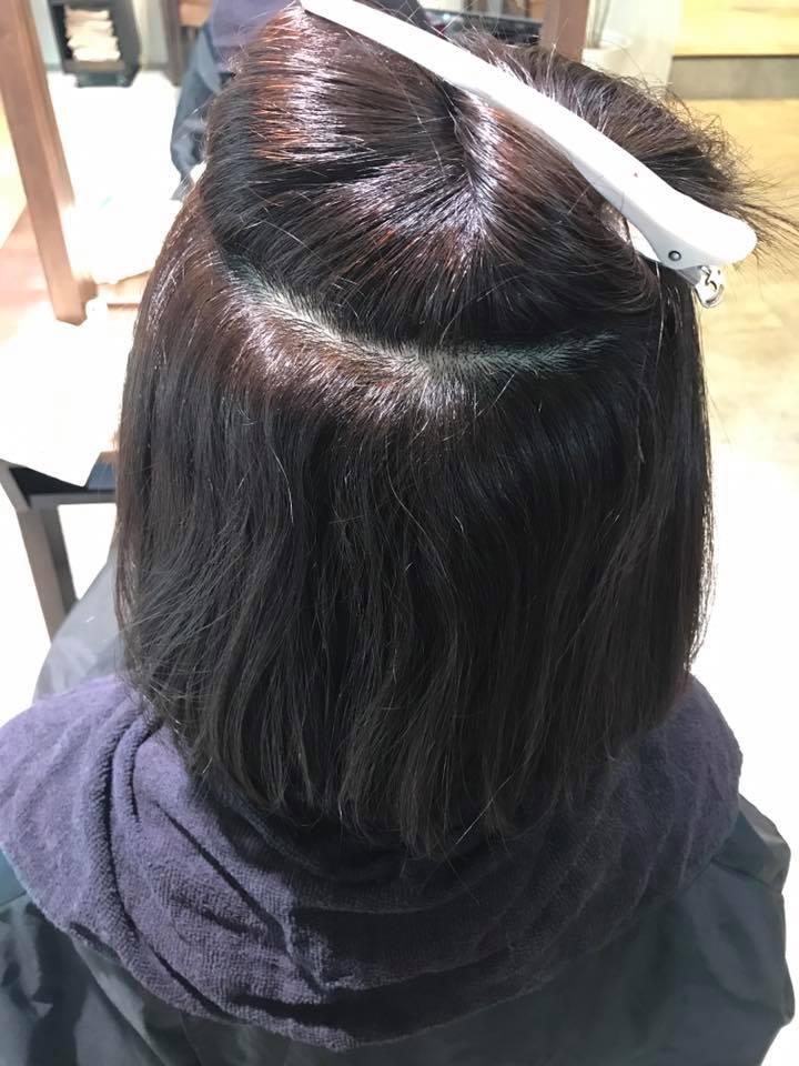 施術写真。根元の縮毛矯正+毛先はカットでやわらかく。