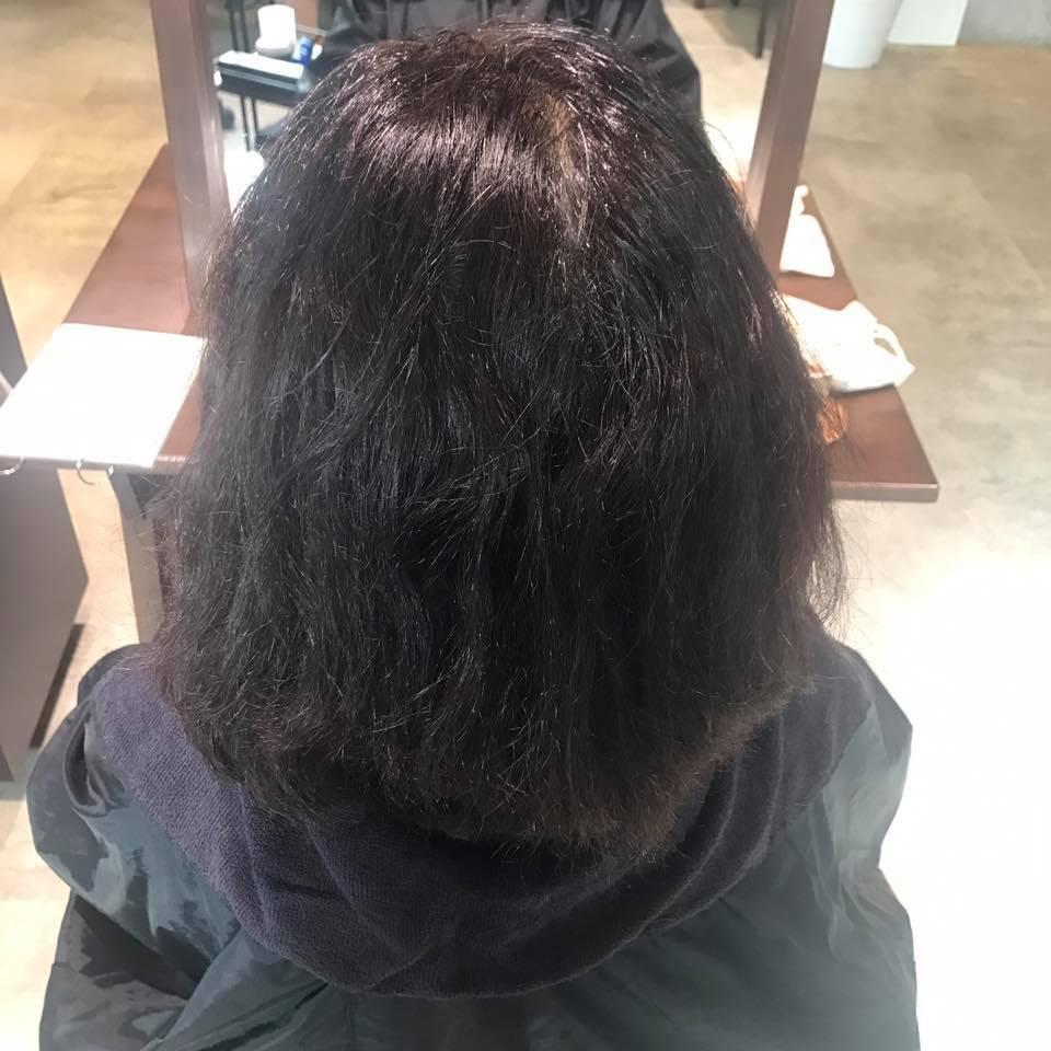 施術写真。根元の縮毛矯正+毛先のビビリなおし